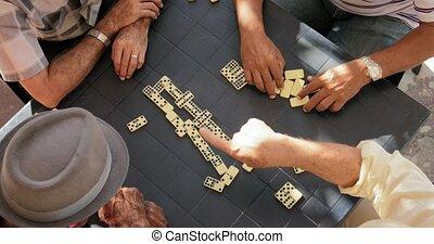 gens âgés, vieux, hommes, jouer, domino, pour, récréation