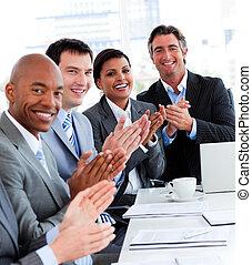 gens, équipe, réussi, applaudir, business, multi-ethnique