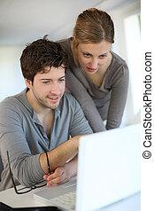 gens, étudier, ordinateur portable, jeune, informatique, maison