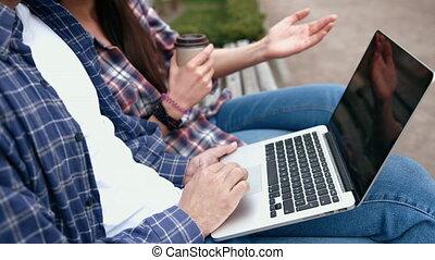 gens, aller, checkered, banc, informatique, tasse, chemises, jean, boire, ordinateur portable, bleu, café, urbain, jeune, utilisation