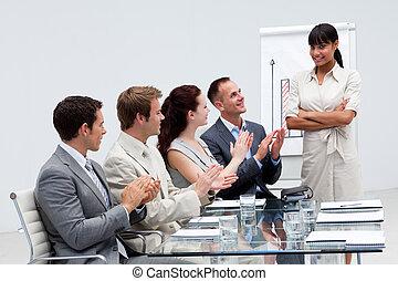 gens, applaudir, présentation, collègue, business, sourire, donner, après