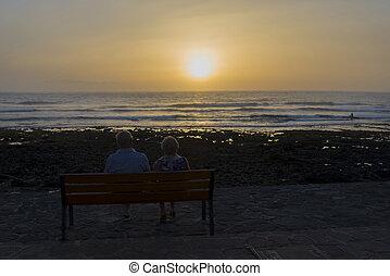 gens, asseoir, montre, personnes agées, coucher soleil, sea.
