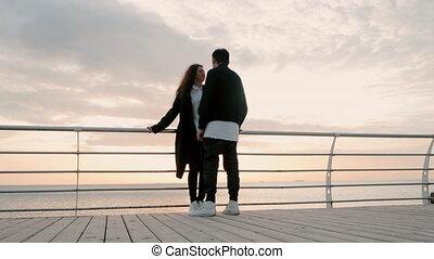 gens, autre., mer, branché, habillement, position souriante, concept., love., jeune, noir, blanc, apprécier, couple heureux, ils, paire, jetée, romantique, bois, océan, chaque, life., ou