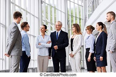 gens, bâtiment bureau, business, conversation