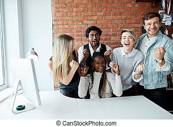 gens, bande, billets, jeune, joyeux, gagné, avoir, populaire