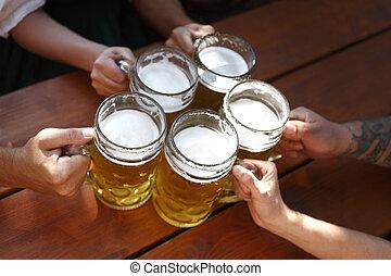 gens, boire, bière, dans, a, traditionnel, bavarois, jardin bière