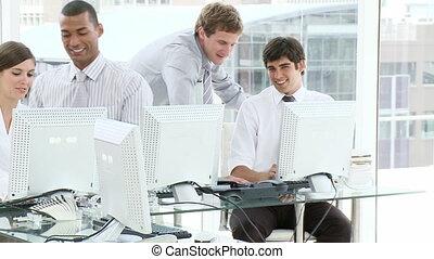 gens, bureau fonctionnant