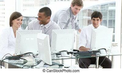 gens, bureau fonctionnant, jeune
