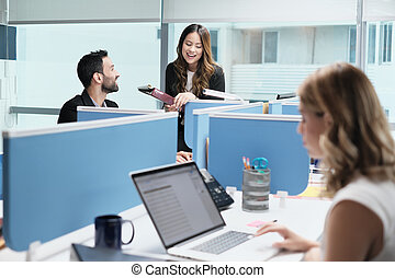 gens, collègues, réunion, et, parler, pour, business, dans, coworking, bureau