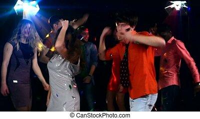 gens, coupler danse, jeune, joli, fête, projecteur