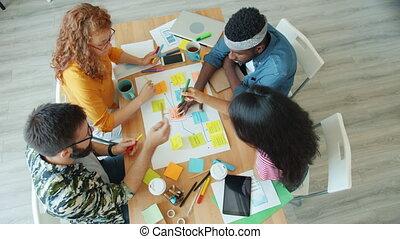 gens, créatif, jeune, bureau, fonctionnement, confection, collage, conversation, projet
