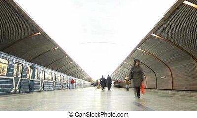 gens, deux, congé, plate-forme, métro, station, trains, arriver