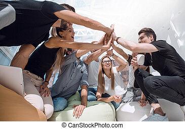 gens, donner, jeune, haut cinq, équipe