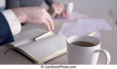 gens fonctionnement, tasse thé, desk., fond, blanc