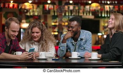 gens, girl, homme, restaurant, conversation, amis, boire, quoique, smartphone, regarder, café, african-american, groupe, séance, café