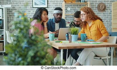 gens, informatique, collègues, multi-racial, groupe, utilisation, bureau, fonctionnement, bavarder