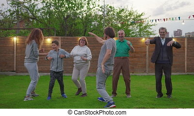 gens, jardin, ensemble, célébration, birthday., table, fête, famille, amis, rassemblé, grand, famille, célébrer, children.