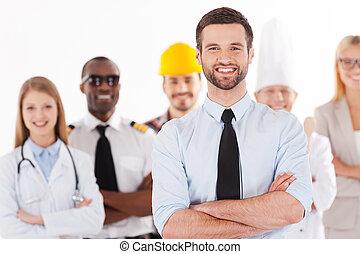 gens, jeune, position souriante, différent, groupe, chemise, quand, bras, confiant, cravate, être, fond, grandir, homme, garder, traversé, professions, haut, volonté, quoique, businessman.