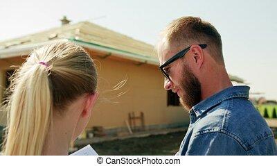 gens, maison, jeune, deux, construction, discuter