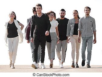 gens marcher, rue, jeune, groupe