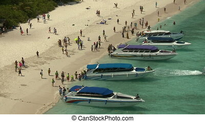 gens, obtenir, bateaux, plage, fermé, sur