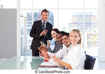 gens, présentation, business, après, heureux