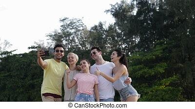 gens, prendre, selfie, photo, ensemble, dans, montagne, parc, jeune, amis, groupe, poser, dehors