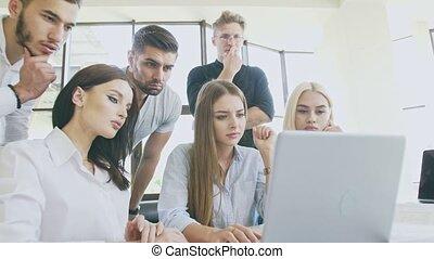 gens, processus, ordinateur portable, travail, jeune, équipe, devant
