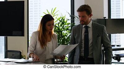 gens, sur, business, discuter, 4k, bureau, documents