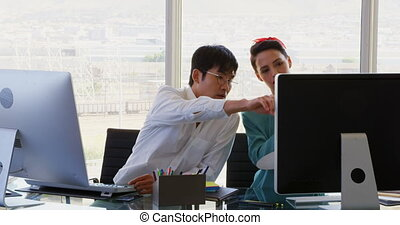 gens, sur, mélangé-race, bureau, vue, business, discuter, 4k, bureau, devant, informatique