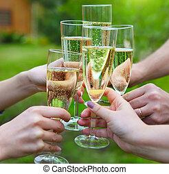 gens, tenir verres, de, champagne, confection, pain grillé, dehors