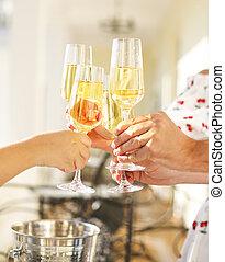 gens, tenir verres, de, champagne, confection, pain grillé