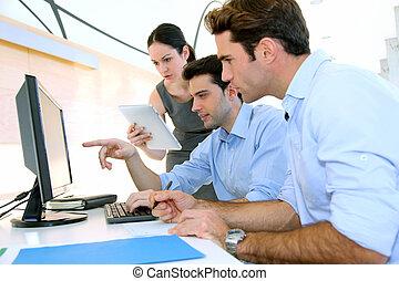 gens ventes, réunion, dans, bureau