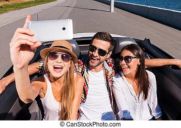 gens, voyage, selfie, moments., trois, jeune, clair, capturer, vue, confection, cabriolet, apprécier, sommet, route, heureux