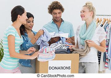 gente, con, ropa, donación