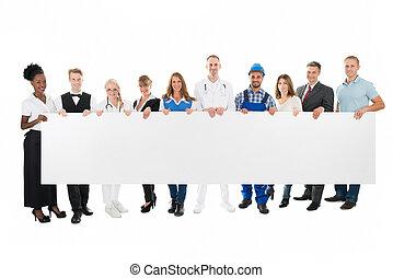 gente, con, varias ocupaciones, tenencia, blanco, cartelera