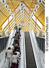 gente, en, el, escalera mecánica, de, puente pedestre