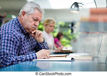 gente, estudiar, joven, biblioteca, hombre mayor