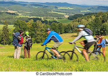 gente, excursionismo, equitación, bicycles, en, primavera,...