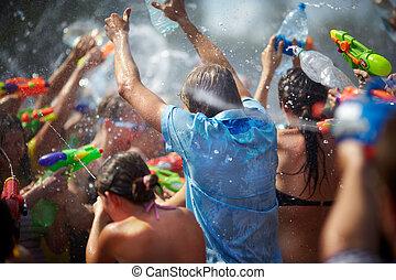 gente, lanzamiento, joven, agua, otro, cada, disparando