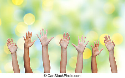 gente, manos ondeantes