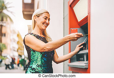 gente, mujer, banca, feliz, concepto, efectivo, retirarse, empresa / negocio, estilo de vida, 3º edad, pago, tarjeta, maduro, máquina del banco, dinero, cuenta, credito, débito, -, hembra, atm