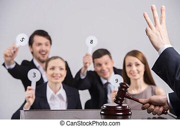 gente, number., cuatro, tarjetas, manos de valor en cartera, juez, contar, martillo, levantar
