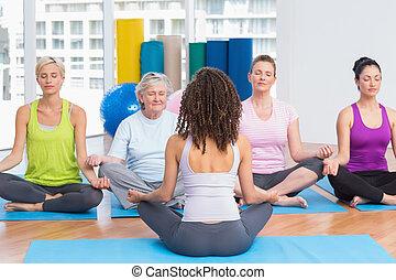 gente, practicar, posición lotus, en, clase yoga