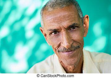 gente, retrato, feliz, anciano, hombre hispano, sonriente, en cámara del juez