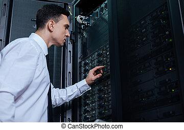 gentil, bon regarder, homme, fonctionnement, à, serveur réseau