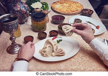 georgiansk, man, äta, restaurang