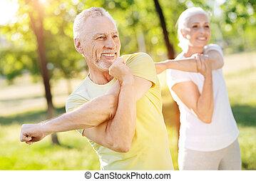 gepensioneerd, positief, paar, stretching, hun, handen