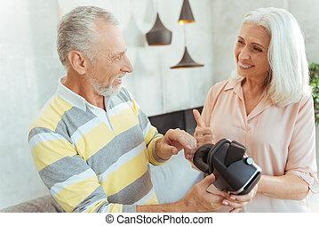 gepensioneerd, positief, paar, vr, vasthoudende glazen