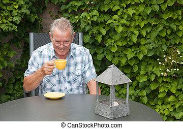 gepensioneerd, senior, hollandse, man koffie te drinken